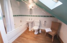 Danebury-Lodge-en-suite-bathroom-400x266